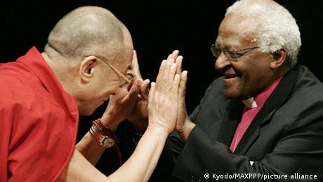 Desmond Tutu wa Afrika Kusini na Dalai Lama wakikutana (02/11/2006)