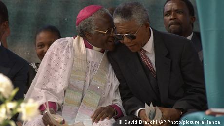 Askofu Mkuu Desmond Tutu akiwa katika picha ya pamoja na Rais mteule Nelson Mandela (08/05/1994)