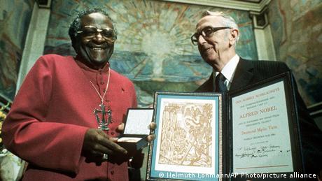 Askofu Mkuu Desmond Tutu anapokea Tuzo ya Amani ya Nobel kutoka kwa Mwenyekiti wa Kamati ya Nobel Egil Aarvik (10/12/1984)