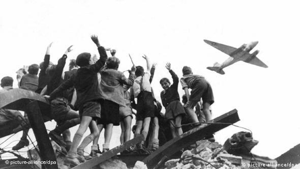 Западноберлинские дети встречают самолеты ''воздушного моста''