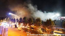 Rauch steigt über einem Depot für Busse auf. Am Abend ist es zu einem Brand im Busdepot der Stuttgarter Verkehrsbetiebe gekommen. Es stehen mehrere Fahrzeuge in Flammen.