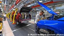 28.08.2019, Der SUV Grandland X wird im Opel-Werk Eisenach montiert. In der bisher auf Kleinwagen spezialisierten Autofabrik in Eisenach startete an diesem Tag die Produktion des Stadtgeländewagens Grandland. Für den SUV, der bisher in Frankreich gebaut wird, nutzt Opel eine PSA-Plattform. Das Eisenacher Werk mit derzeit noch 1400 Beschäftigten hatte bis zur Investitionsentscheidung für den Grandland im Juni 2018 auf der Kippe gestanden.