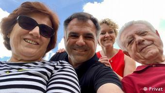 Ο Χρήστος Πανταζής με τους γονείς του και τη γυναίκου του Τάνια