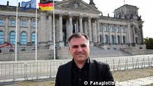 Christos Pantazis, neugewählter SPD-Bundestagsabgeordneter, griechischer Herkunft, aus Braunschweig. Von Beruf Neurochirurg. Christos Pantazis vor dem Reichstag