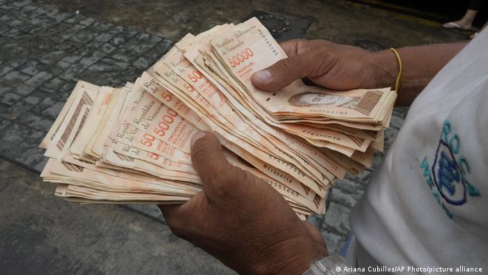 Em seu oitavo ano consecutivo de recessão, a Venezuela está realizando uma nova conversão de moeda e começou a nomear sua moeda nacional desvalorizada, o bolívar soberano, o bolívar digital.  Esta é a terceira desvalorização em 13 anos.  Isso o torna o país sul-americano que removeu a maioria dos zeros de sua moeda.  O total foi 14, enquanto o Zimbábue detém o recorde mundial, perdendo 25 zeros em várias jogadas.  (1/10)