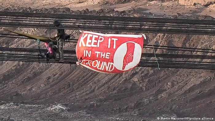 Klimaaktivisten haben im Tagebau Garzweiler bei Lützerath einen Schaufelradbagger betreten und gestoppt.