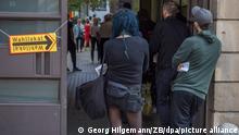 26/09/2021*** Berlin*** Menschen warten in einer Schlange vor einem Wahllokal im Berliner Stadtteil Prenzlauer Berg darauf, ihre Stimmen zur Bundestagswahl, der Abgeordnetenhauswahl und der Wahl der Bezirksvertretungen abgeben zu dürfen. Darüber hinaus können sie bei einem Volksentscheid darüber abstimmen, ob große Wohnungskonzerne mit mehr als 3.000 Wohnungen enteignet werden sollen. +++ dpa-Bildfunk +++