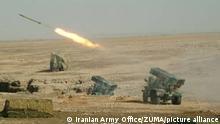 Das von der offiziellen Website der iranischen Armee stammende Bild zeigt den Abschuss einer Rakete aus einem mobilen Raketenwerfer während einer Militärübung. In der Nähe der Grenze zu Aserbaidschan haben Bodentruppen der iranischen Armee mit einer Militärübung begonnen. +++ dpa-Bildfunk +++