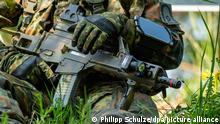 Ein Fallschirmjäger der Bundeswehr hält ein Sturmgewehr vom Typ G36 K mit einem sogenannten Laser-Licht-Modul (LLM) bei der Übung «Green Griffin 2019» in den Händen. Rund 2500 Soldaten aus den Niederlanden und Deutschland üben seit dem 6. Mai 2019 in der Lüneburger Heide für den Verteidigungsfall. Im Mittelpunkt von «Green Griffin 2019» steht unter anderem die rasche Verlagerung von Fallschirmtruppen.
