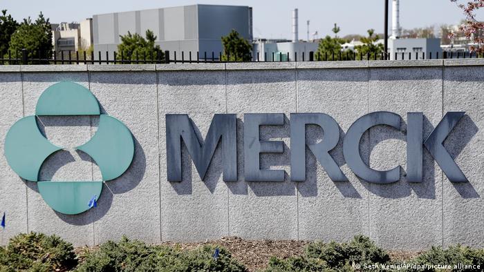 Logo von Merck auf der Mauer vor seinem Hauptsitz