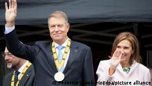 Klaus Iohannis, rumänischer Präsident, und seine Frau Carmen stehen auf den Stufen des Rathauses und winken. Iohannis ist der Karlspreis verliehen worden. Iohannis war bereits im Dezember 2019 als Preisträger bekannt gegeben worden, doch die Verleihung wurde wegen der Corona-Pandemie mehrfach verschoben. +++ dpa-Bildfunk +++