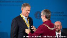 Sibylle Keupen (Parteilos), Bürgermeisterin von Aachen, übereicht die Plakette des Karlspreises an Klaus Iohannis, rumänischer Präsident Iohannis ist der Karlspreis verliehen worden. Iohannis war bereits im Dezember 2019 als Preisträger bekannt gegeben worden, doch die Verleihung wurde wegen der Corona-Pandemie mehrfach verschoben.