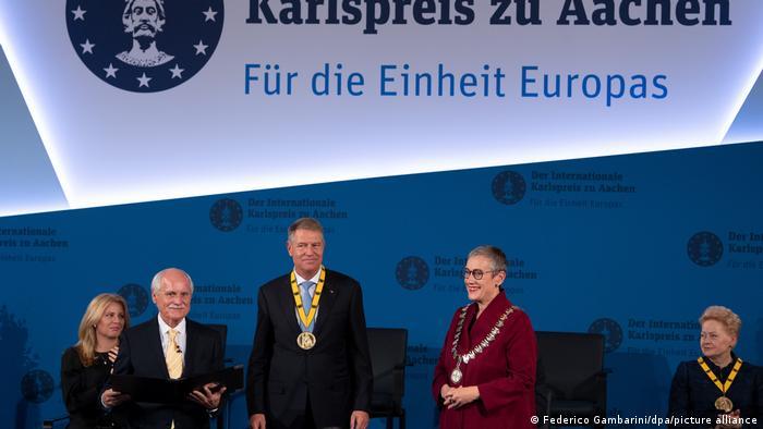 Klaus Iohannis alături de primarul general al orașului Aachen, Sibylle Keupen, fosta președintă a Lituaniei, Dalia Grybauskaite (dreapta) și Jürgen Linden, directorul consiliului Premiului Carol cel Mare