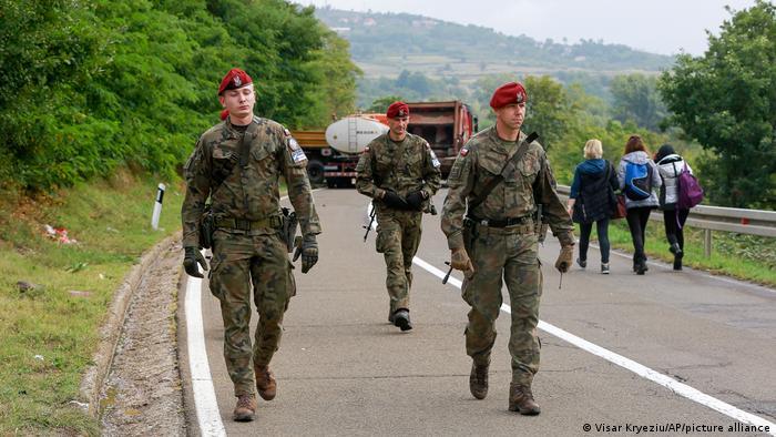 Polnische KFOR-Soldaten vor einigen Tagen in der Nähe des blockierten Grenzübergangs Jarinje