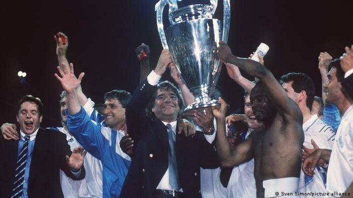 Tapie feiert 1993 mit den Spielern von Olympique Marseille den Gewinn des Europapokals der Landesmeister