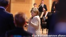Bundeskanzlerin Angela Merkel (CDU) bedankt sich beim Festakt zum Tag der Deutschen Einheit in der Händel-Halle nach ihrer Rede beim Publikum. In der Saalestadt finden die zentralen Feierlichkeiten zum Tag der Deutschen Einheit statt. Begleitet werden die Festlichkeiten von einer Ausstellung in der Innenstadt, der EinheitsExpo. +++ dpa-Bildfunk +++