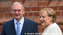 Reiner Haseloff (CDU), Ministerpräsident von Sachsen-Anhalt, begrüßt Bundeskanzlerin Angela Merkel (CDU) vor Beginn eines ökumenischen Gottesdienstes an der Pauluskirche in Halle/Saale. In der Saalestadt finden die zentralen Feierlichkeiten zum Tag der Deutschen Einheit statt. Begleitet werden die Festlichkeiten von einer Ausstellung in der Innenstadt, der EinheitsExpo. +++ dpa-Bildfunk +++