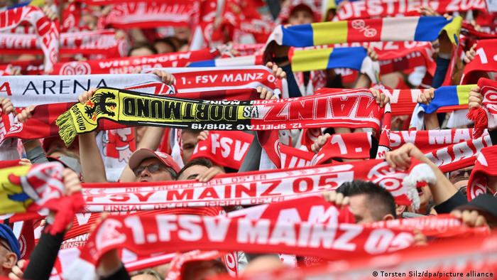 Mainz fans holding up scarves