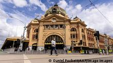 VICTORIA CORONAVIRUS COVID19, A lone person is seen crossing Flinders Street in Melbourne, Monday, October 4, 2021. Melbourne has become the most locked down city in the world, surpassing the 245-day record set by Argentina s Buenos Aires. ACHTUNG: NUR REDAKTIONELLE NUTZUNG, KEINE ARCHIVIERUNG UND KEINE BUCHNUTZUNG MELBOURNE VIC AUSTRALIA PUBLICATIONxINxGERxSUIxAUTxONLY Copyright: xDANIELxPOCKETTx 20211004001582927084