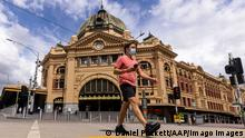 VICTORIA CORONAVIRUS COVID19, A lone person is seen crossing Flinders Street in Melbourne, Monday, October 4, 2021. Melbourne has become the most locked down city in the world, surpassing the 245-day record set by Argentina s Buenos Aires. ACHTUNG: NUR REDAKTIONELLE NUTZUNG, KEINE ARCHIVIERUNG UND KEINE BUCHNUTZUNG MELBOURNE VIC AUSTRALIA PUBLICATIONxINxGERxSUIxAUTxONLY Copyright: xDANIELxPOCKETTx 20211004001582927265