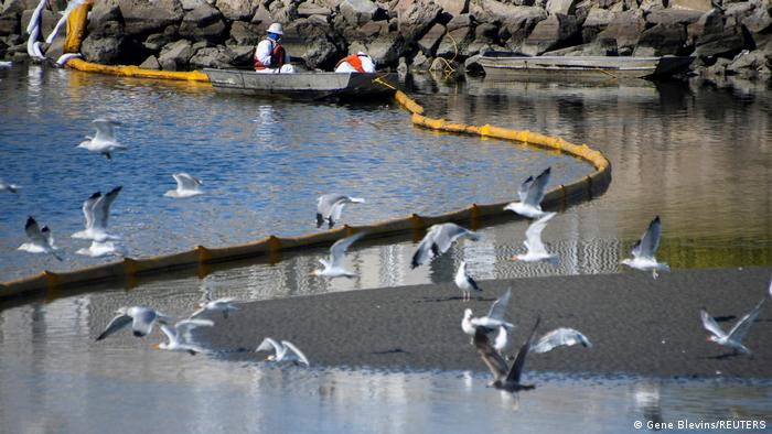 USA   Ölbarrieren am Talbert-Kanal