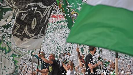 Bundesliga: Protests, political messages as some ultras return