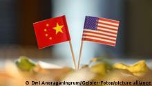 Zwei Flaggen symbolisieren die Beziehungen zwischen China und den USA. (Themenbild, Symbolbild)