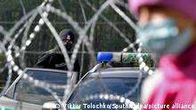 6662853 29.09.2021 A Polish border guard watches a refugee camp behind barbed wire installed on the border between Belarus and Poland near the village of Usnarz Dolny, Belarus. In recent months, Latvia, Lithuania and Poland have reported an influx of undocumented migrants trying to cross into the EU from Belarus and accused Minsk of facilitating illegal migration to destabilize the bloc in retaliation for sweeping sanctions. Viktor Tolochko / Sputnik