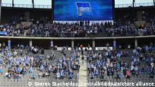 Fußball: Bundesliga, Hertha BSC - SC Freiburg, 7. Spieltag im Olympiastadion. Die unteren Reihen in der Ostkurve sind kurz nach dem Anpfiff leer.