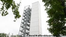 Ein zwölfgeschossiges und rund 37 Meter hohes adaptives Demonstrator-Hochhaus an der Universität Stuttgart kann sich an wechselnde Umwelteinflüsse anpassen. An dem 36 Meter hohen, schlanken Turm sollen neu entwickelte Strukturen und Fassaden getestet werden. +++ dpa-Bildfunk +++