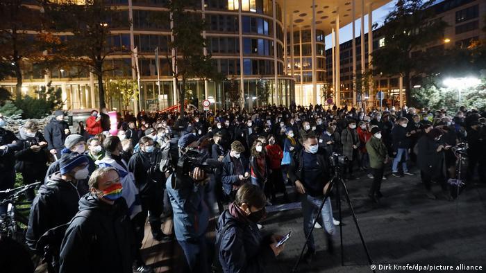 Sachsen I Demonstration gegen Antisemitismus vor dem Hotel Westin Leipzig