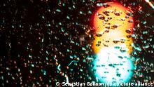 Eine Ampel leuchtet in allen Phasen Rot, Gelb und Grün. (Langzeitbelichtung) In Berlin haben am Sonntag die ersten Sondierungsgespräche nach der Bundestagswahl 2021 stattgefunden.