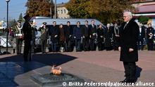 Bundespräsident Frank-Walter Steinmeier steht beim Denkmal für zivile Opfer der deutschen Massaker. In Korjukiwka erinnert Steinmeier an die größte der sogenannten «Strafaktionen» der deutschen Besatzer gegen Zivilisten im Zweiten Weltkrieg. Anfang März 1943 wurden dort unter einem SS-Sonderkommando rund 6700 Menschen als Reaktion auf die sowjetische Partisanenbewegung ermordet. +++ dpa-Bildfunk +++