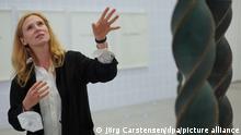 Die Künstlerin Alicja Kwade steht anlässlich der Berlin Art Week in der Berlinischen Galerie neben ihrem Werk Principium. Es handelt sich um eine Bronze-Stele, die an die DNA-Doppelhelix-Struktur erinnert. Entstanden ist die Form durch versetzt übereinandergestapelte Smartphones. Zur 10. Ausgabe der Kunstwoche laden mehr als 50 Partner vom 15. – 19. September 2021 zum Jubiläumsprogramm ein. +++ dpa-Bildfunk +++
