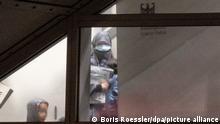 """07.10.2021 Eine verschleierte Frau mit einer Maske betritt aus der Gangway einer Chartermaschine heraus mit zwei kleinen Kindern einen abgeschirmten Bereich der Bundespolizei am Flughafen Frankfurt. In einer zunächst geheim gehaltenen Aktion hatte die Bundesregierung in Zusammenarbeit mit der US-Armee insgesamt acht deutsche Anhängerinnen der Terrormiliz """"Islamischer Staat"""" (IS) mit ihren 23 Kindern im Rahmen einer humanitären Aktion aus einem Gefangenenlager in Syrien geholt. Mit einer Chartermaschine wurden die Frauen über Kuwait nach Deutschland gebracht, wo fast alle sofort in Haft genommen wurden. +++ dpa-Bildfunk +++"""