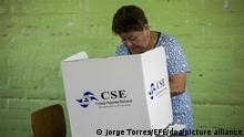 epa05619947 A Nicaraguan woman stands behind a cardboard voting booth while filling her ballot at a polling station during the country's general elections, in Managua, Nicaragua, 06 November 2016. Polling stations opened on 06 November for the presidential election in Nicaragua, in which six candidates, including the incumbent president Daniel Ortega, are vying to be the Central American nation's next head of state. EPA/JORGE TORRES ++ +++ dpa-Bildfunk +++