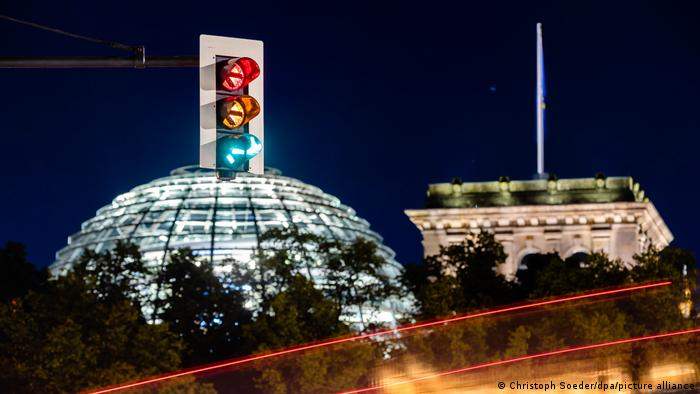 A traffic light above the Reichstag