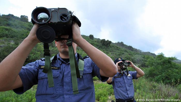 Zwei Grenzpolizisten halten mit thermo-sensitiven Ferngläsern Ausschau nach illegalen Einwanderern an der EU-Außengrenze