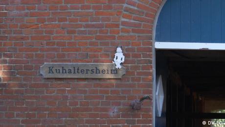 """Auf einem Schild an einem Backsteingebäude steht """"Kuhaltersheim""""."""
