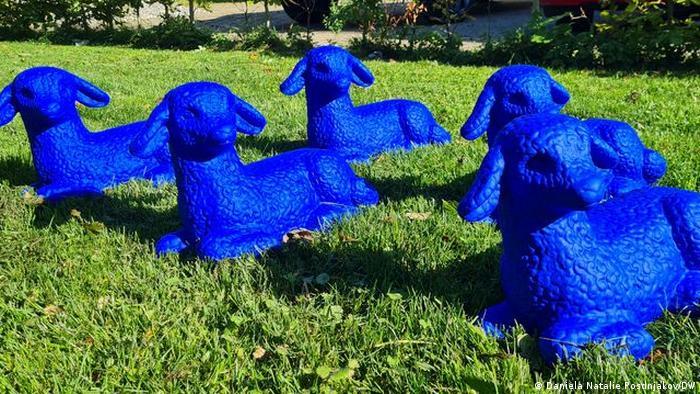 Синие ягнята у мастерской художницы