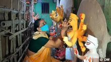 Titel: Festival season in India gets underway in shadow of COVID Ort: Kolkata, India Sendedatum: 07.10.2021 In India, preparations for the festival of Durga Puja have been in full swing. An artist is finishing touches on idols of deities.