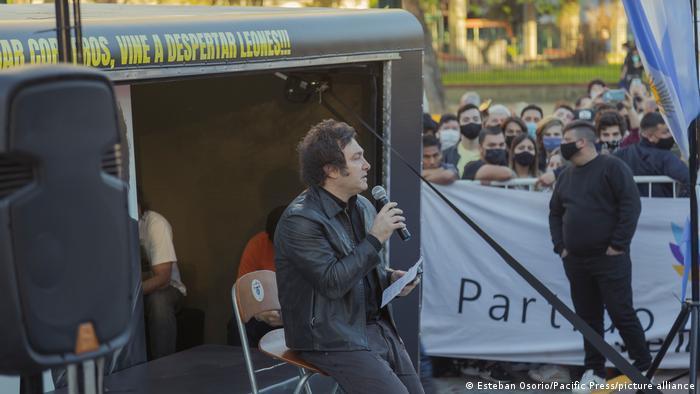 Javier Milei hace campaña: no vine a pastorear ovejas, sino a despertar leones, dice sobre el escenario.
