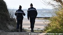 ***Archivbild: 04.04.2019***French Gendarmes patrol the beaches at Tardinghen near the northern port city of Calais on April 4, 2019. - Since the end of October 2018, the French and British authorities have been facing an upsurge in illegal Channel crossings from France to Britain by migrants and refugees. A plan by the French government implemented at the start of the year which stepped-up police patrols around ports, as well as surveillance of beaches where dinghies have been launched from, has seen a drop in crossing attempts according to the prefecture of Pas-de-Calais on April 4, 2019. (Photo by DENIS CHARLET / AFP) (Photo credit should read DENIS CHARLET/AFP via Getty Images)