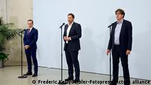 Volker Wissing, Lars Klingbeil und Michael Kellner beim gemeinsamen Statement zum Gespräch zwischen SPD, Bündnis 90/Die Grünen und FDP im CityCube Berlin. Berlin, 07.10.2021
