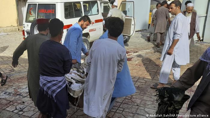З шиїтської мечеті у Кундузі (Афганістан) виносять поранених та тіла загиблих після того як там вибухнула бомба 8 жовтня 2021 року.