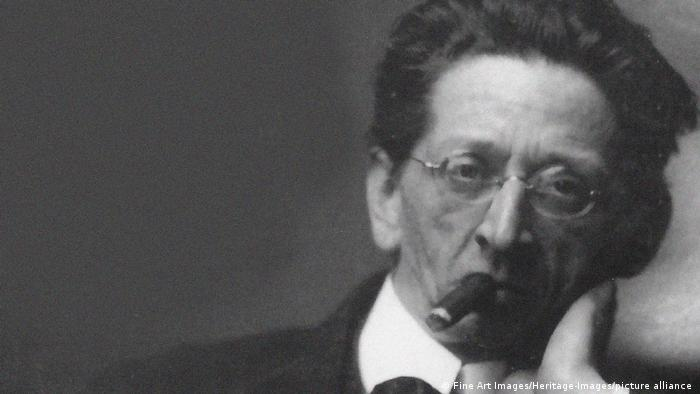 Alexander Zemlinsky mit Brille und Zigarre