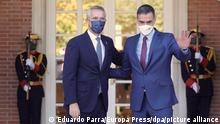 NATO-Generalsekretär Jens Stoltenberg (l) wird im Moncloa-Palast in Madrid von Pedro Sanchez, Ministerpräsident von Spanien, empfangen. Bei dem Treffen geht es unter anderem um die Vorbereitung des Gipfels der Atlantischen Allianz, den Spanien im nächsten Jahr ausrichten wird. +++ dpa-Bildfunk +++