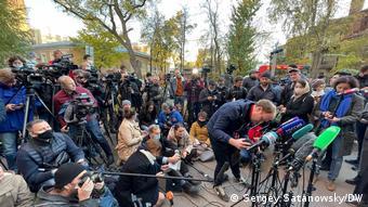 Журналисты ожидают Дмитрия Муратова