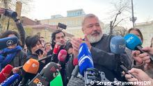 """Dimitry Muratov, Redakteur der russischen Zeitung """"Nowaya Gazeta"""" und russische Journalisten. Improvisierte Presse Konferenz nach der Bekanntmachung über Friedensnobelpreis. Oktober 2021"""