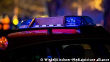 In einem Hochhaus in Lippinghausen bei Herford/NRW kam es am Montagabend zu einem Brand. Im Bild: Blaulicht an Einsatzfahrzeugen. Foto: Wedel/Kirchner-Media